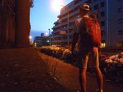もうすぐ夜明け。道端で寝るとマズいので、交番前で寝かせてもらおうかと思ったが、立ち寄った交番がパトロール中で留守だった。そのためコンビニ前で落ちた。