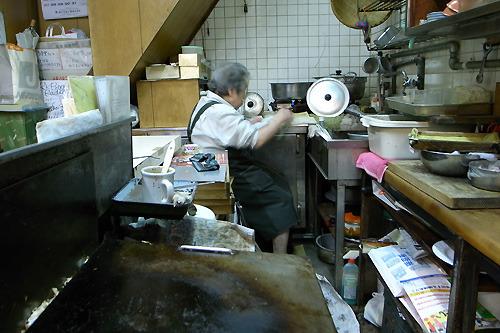 おばあちゃんは座りながらお皿をすすいでいた。このシンクの高さも完全におばあちゃんに一致。