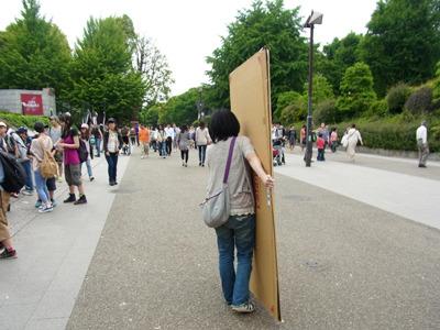たくさん人のいる上野公園に向かう。