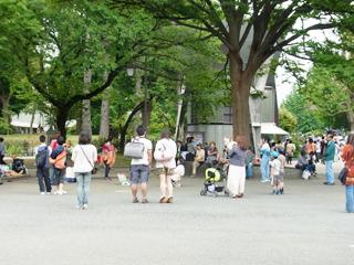 広場ではパフォーマーが観客を楽しませている