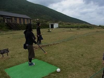 体験した遊びはパターゴルフ。強風と小雨の中で。