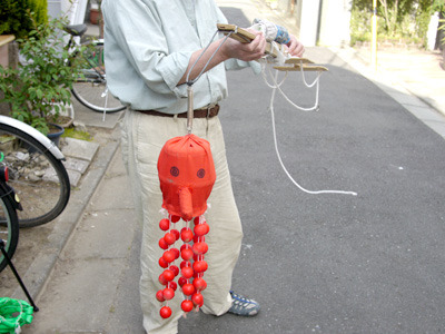 棒の先にタコちゃんが吊されたような発明品