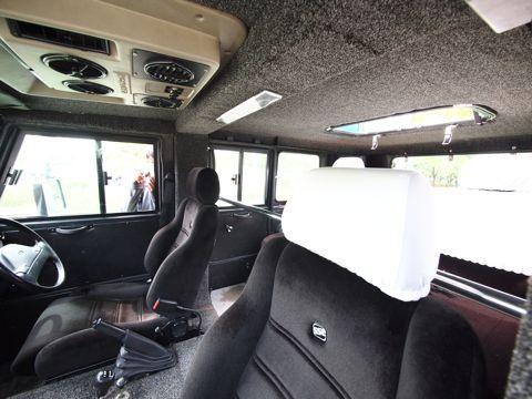 車内はこんなかんじ。ちょっと懐かしい内装に、白いカバーが「タクシーですがなにか」と主張する。