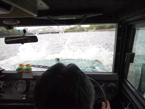 車なのに、船のひき波で水しぶきを受けるという非日常