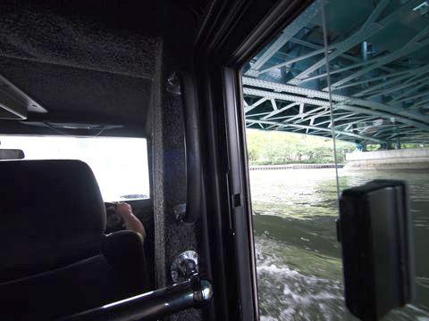 橋をくぐる車。