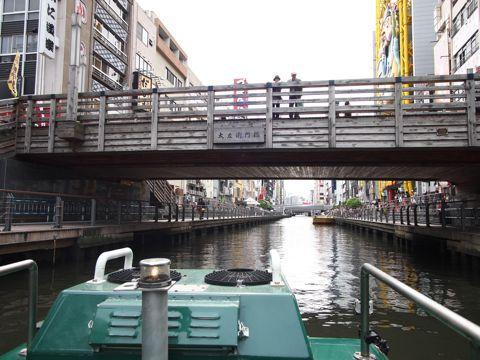 橋を歩くひとが立ち止まって手を振ってくれるのは、ふつうの船でもよくあることなのだが
