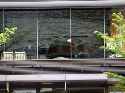 「あそこのビルのガラスに映るのでシャッターチャンスですよ」といわれて辛うじて撮った1枚がこれ。