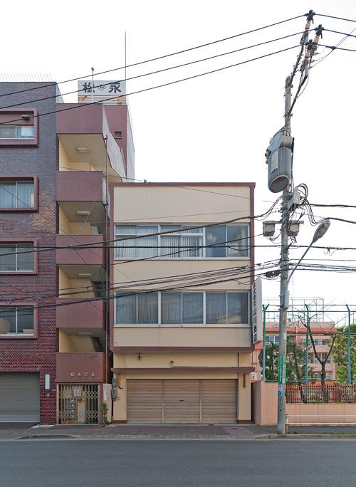 2階と3階がまとめてフチ取られ、1階との間にちょっとした間がある。かわいい-。