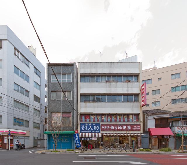 かわいいビル2連。左はタイル使い+縦ライン系。そして右は上野モノと同じ「壁面が斜めに切り込まれている」系。