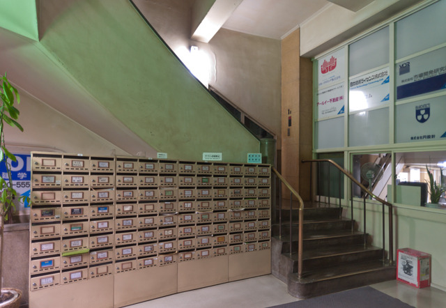 1階エントランス。階段の造形がたまらない!