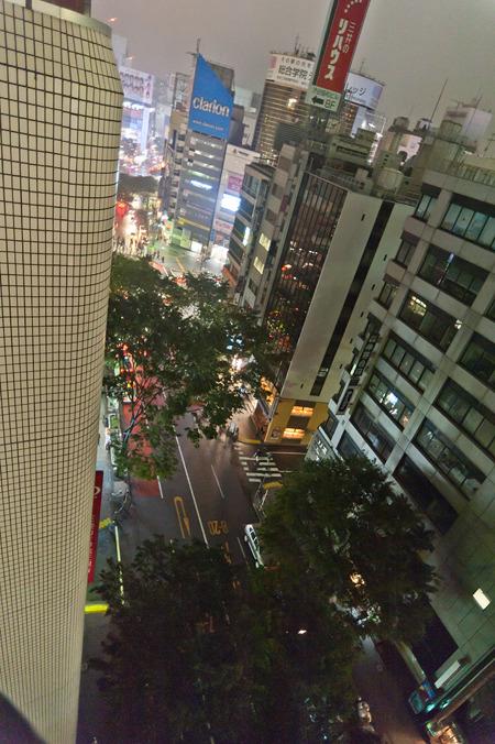 宮益坂を見下ろす。向こうに見えるのが渋谷駅前。