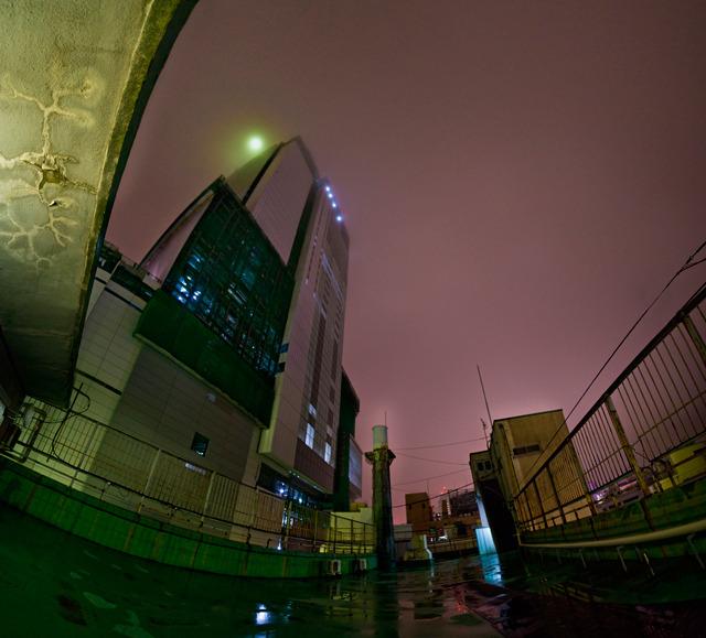屋上から見上げた。雨の夜。建設中のヒカリエ!うひょー!