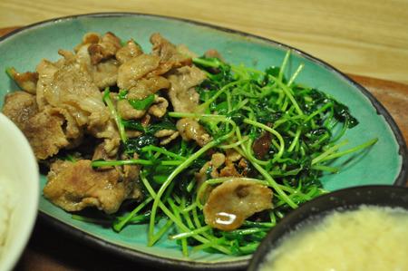 豆苗と豚肉の炒め物。