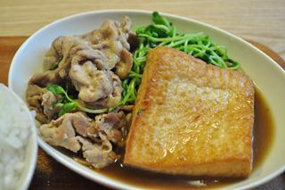 豆苗の肉豆腐。煮込み系も美味い。この組み合わせはベストだ。