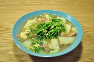 ありあわせのスープでも豆苗があれば抜群のうまさだ。