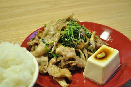 豚肉と豆苗の炒め物。豚肉と炒めるのがやっぱり一番うまいな。