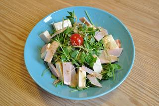 お豆腐サラダ。豆からできた豆腐と豆から出来た豆苗のコラボレーション。エクセレントな味だ。
