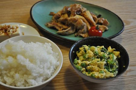 エンドウ豆と豆苗の卵とじ。うちの母の得意料理エンドウ豆の卵とじに豆苗プラス。甘くて懐かしくて至福の料理。