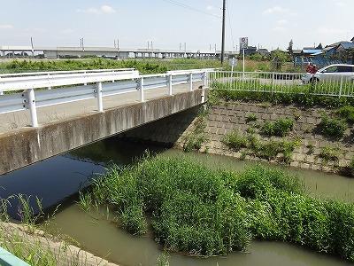 この隼人堀川の下を通る用水路がある
