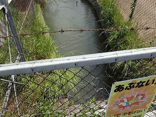 潜りゆく黒沼用水路