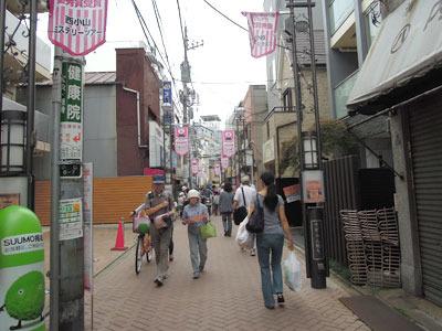 みんなピンクの紙をもって歩いている!