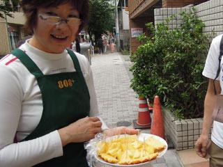 ミステリーは置いといて、どうぞ、どうぞとパイナップルを食べさせてくれた
