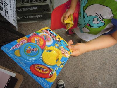 お菓子やらおもちゃやらをもらった。息子は興奮でよく分からないことになっていた