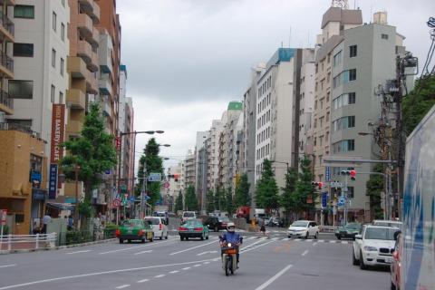 道の両側にビルが並ぶ