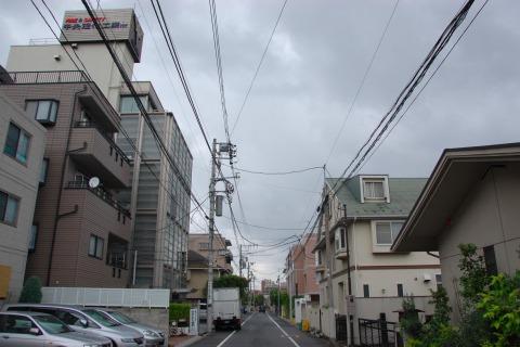 道の左側の建物だけ高い。なぜ?