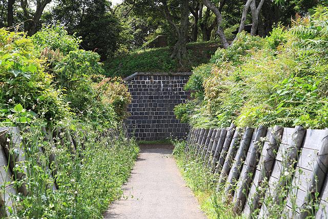 前方に砲台跡と思しき構造物が見えてきた。