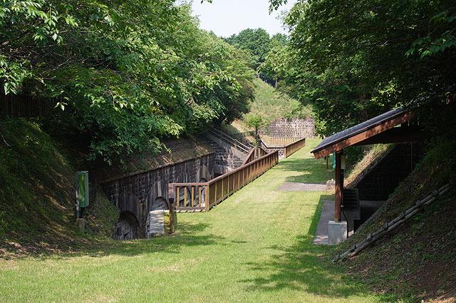 右手に見えるのは炊事棟。キャンプができる公園として整備されている。