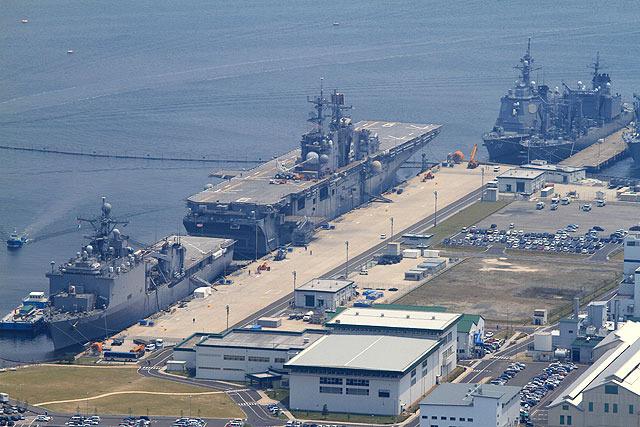 米軍基地もとてもよく見える。(空母みたいなのは強襲揚陸艦ボノム・リシャール)