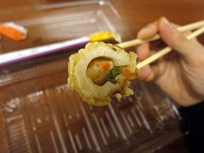 断面。サラダはちくわの端から注入されているのではなく、ちくわに切り込みを入れて詰められている。おかげで中までポテトたっぷり。