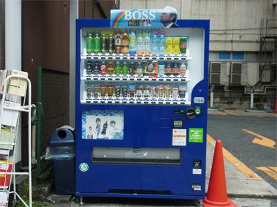 さいきん見慣れている大型自販機。色んな種類のサンプルが並んでおり、1種類2列以上あるものが多い。これは28種類42本のサンプルが並んでいる。(サントリー)