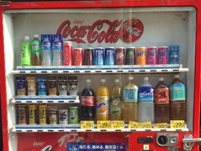 探している間に見つけた2リットルのペットボトルが買える自販機。珍しいですよね(コカコーラ)