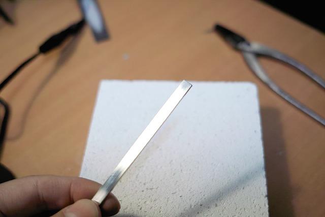 ここで、やおら銀の板材をもちだします。