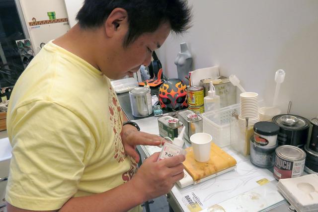 調合がはじまった!ウレタン塗装はボンドと違って手で触れていいものではないので串を刺す必要があるのだ。