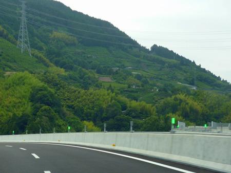 山の斜面を這うように通る道が見えるだろうか