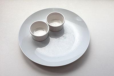 大皿にココットを乗せるとカフェめしっぽさアップ。ここまでは100円で買った。
