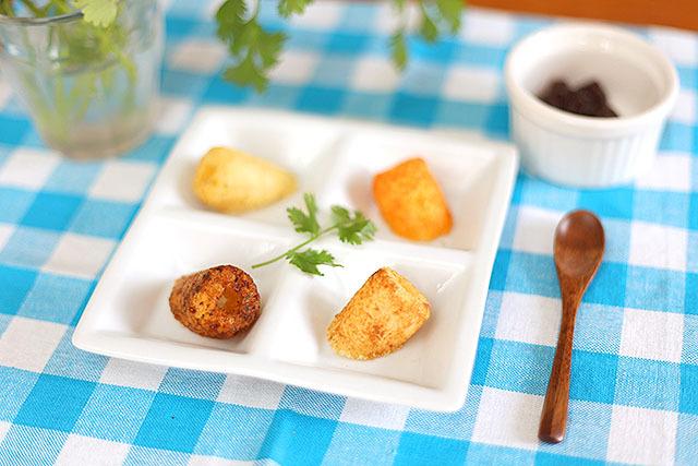 うまい棒もカフェめしっぽくなる。皿の真ん中にパクチー、ココットにジャムを入れてある。