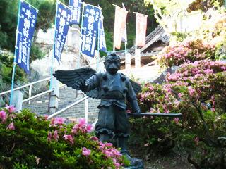 途中からじゃんけんに参加してくるカラス天狗の銅像が