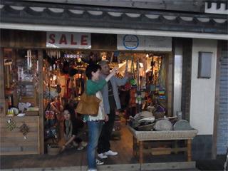 ほとんどのお店が閉まってきた中、ようやく雑貨やさんにお薦めの店を聞くことができた!