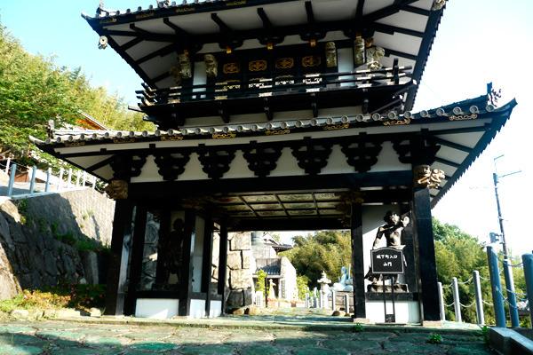 「城下町入口・山門」と書かれた門