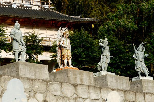 カッチョイイ仏像が立ち並んでいます