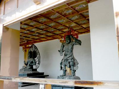 そして、本堂に設置されている仏像もまた味わい深い