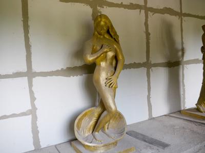 この彫刻……というか粘土像がまたイイ味出してます
