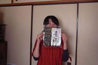はたさん持参の「青混」は10枚×3で1000円。「風味焼のり」の表記あり。