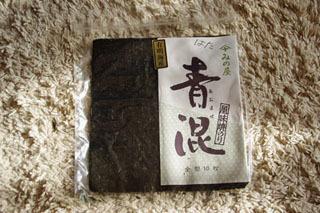 一枚がそのままの形で袋に入ってるのが「焼き海苔」