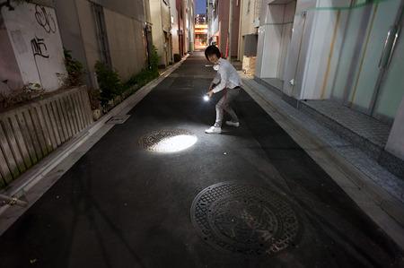 夜道であやしい動きをする人。しかもニヤニヤしながら。