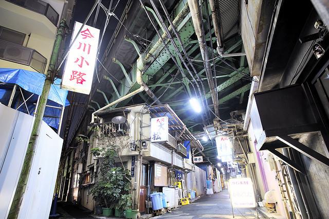 上の失敗写真、ここは、一番神田駅に近いJRの高架下にあたる「境界線路地」で、なんと高架下建築</a>好きにはおなじみの今川小路なのだった!高架下建築を夢中で見てたときは境界だとは気がついていなかった。(場所はここ)